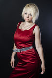 Αρκετά νέα γυναίκα στο κόκκινο φόρεμα Στοκ φωτογραφία με δικαίωμα ελεύθερης χρήσης