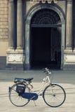 骑自行车在前面历史建筑的一个正方形 没人 免版税图库摄影