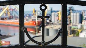 Ένας φράκτης με μια άγκυρα και έναν θαλάσσιο λιμένα Στοκ εικόνα με δικαίωμα ελεύθερης χρήσης