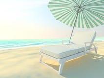在田园诗热带沙子的海滩睡椅和伞靠岸 库存图片