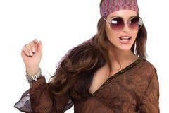 时兴的女招待在有太阳镜的布朗礼服 免版税库存图片