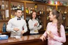 站立在与杯的酒吧的女孩酒 库存照片
