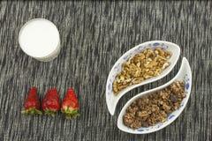 здоровый завтрак, еда диеты хлопьев, плодоовощ и гайки Стоковое Изображение