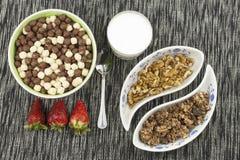 здоровый завтрак, еда диеты хлопьев, плодоовощ и гайки Стоковые Изображения
