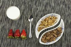 здоровый завтрак, еда диеты хлопьев, плодоовощ и гайки Стоковая Фотография