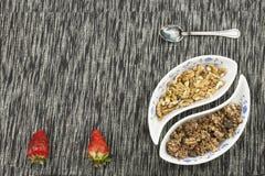 здоровый завтрак, еда диеты хлопьев, плодоовощ и гайки Стоковое Изображение RF