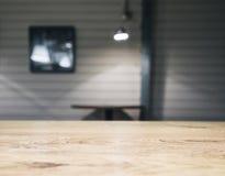 台式柜台酒吧有被弄脏的咖啡馆背景 免版税库存照片