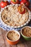 传统在烘烤盘的苹果酥脆特写镜头 垂直 免版税图库摄影
