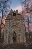 在哥特式样式的老被破坏的曲拱在俄罗斯在被破坏的庄园里 免版税库存照片