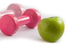 食物和锻炼概念重量和苹果 免版税库存照片