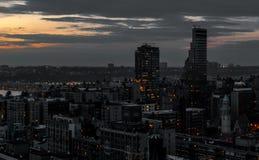 Черный светлый современный город, абстрактная современная метрополия Стоковые Фотографии RF
