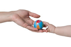 τα ενήλικα παιδιά δίνουν τη σφαίρα Στοκ Φωτογραφία