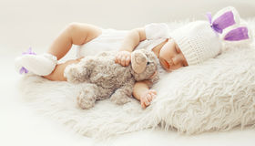 婴孩舒适!在家睡觉与玩具熊的甜婴儿 免版税库存照片