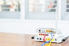 与缆绳的无线调制解调器路由器网络插孔连接 库存照片