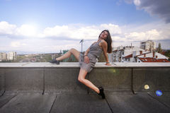 屋顶的女孩 免版税库存照片