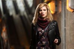 年轻皮夹克的时尚白肤金发的妇女 图库摄影