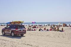 在使命海湾海滩的救生员车 免版税库存照片