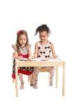 Маленькие девочки рисуя на бумаге Стоковые Изображения RF