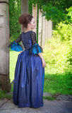 Όμορφη νέα γυναίκα στο μπλε μεσαιωνικό φόρεμα Στοκ Φωτογραφία