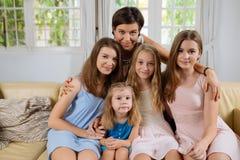母亲和四个女儿 免版税库存照片