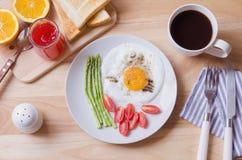 健康早餐用煎蛋、多士和草莓酱 免版税图库摄影
