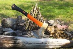 Τσεκούρι που κολλιέται στον κορμό δέντρων Στοκ Φωτογραφία