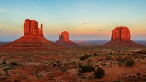 在日落的纪念碑谷,犹他,美国 免版税库存照片