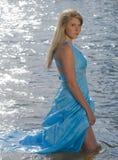 женщина красивейшего реки изображения удерживания богини шара динамически естественного одичалая Стоковое Изображение