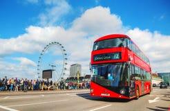 偶象红色双层公共汽车在伦敦,英国 免版税库存图片