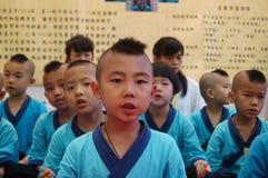 深圳,中国:中国孩子穿古老服装 免版税库存照片