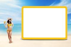 有新饮料的海岸的妇女和委员会 免版税库存图片