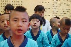 深圳,中国:中国孩子穿古老服装 免版税库存图片