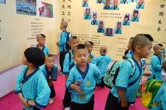 深圳,中国:中国孩子穿古老服装 库存照片