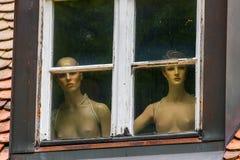 在窗口后的赤裸妇女 免版税库存图片