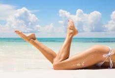 在海滩的性感的妇女腿 免版税图库摄影
