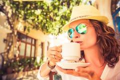 夏天咖啡馆的少妇 免版税库存照片