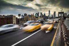 在布鲁克林大桥的高峰时间交通在纽约 免版税库存图片
