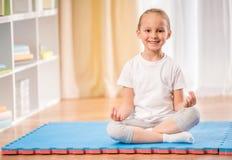 家庭瑜伽 免版税库存照片