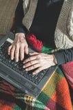 使用膝上型计算机的老妇人 免版税库存照片