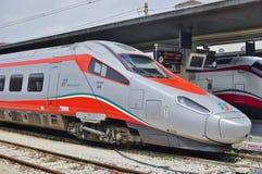 在威尼斯驻地的意大利高速火车 免版税库存图片