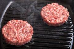 在煎锅格栅的新鲜的肉炸肉排 免版税库存照片