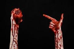 Тема крови и хеллоуина: ужасным кровопролитным сердце руки сорванное владением кровоточить человеческое изолированное на черной п Стоковое Изображение RF