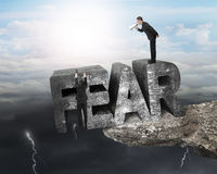 使用扩音机雇员垂悬的恐惧词边缘峭壁云彩的上司 免版税库存图片