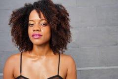 有波浪非洲的头发的妇女 免版税库存照片