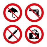 枪武器 刀子、伞和照片照相机 免版税库存照片