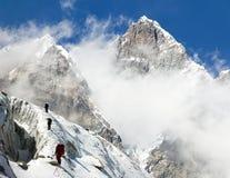 小组登上洛子峰的山蒙太奇的登山人 库存图片