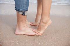 在海滩的夫妇脚 库存照片