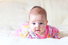 Девушка на одеяле шерстей Стоковые Фото