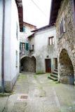 非常小中世纪意大利村庄 免版税库存照片