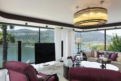 豪华公寓的美丽的客厅 库存图片